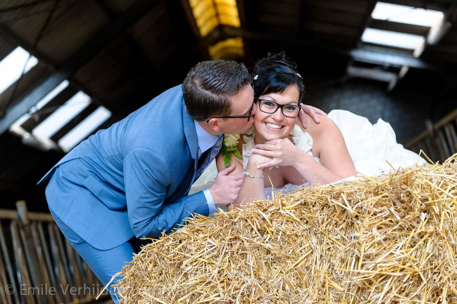 Bruidspaar op het stro bij boerderij. Bruidsfotograaf Maastricht