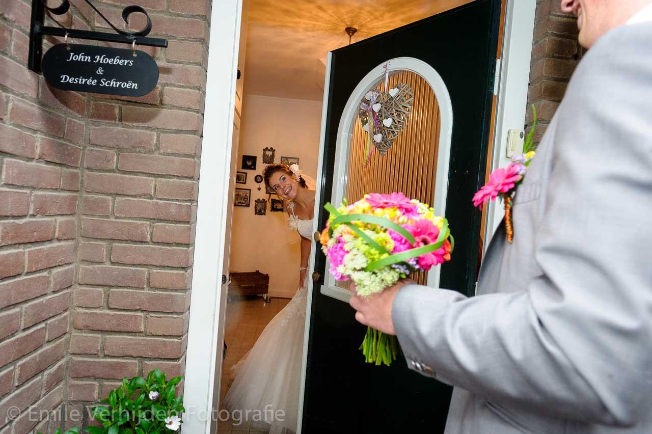 Aanbellen! En dan wachten totdat de bruid open doet. Bruidsfotograaf Roermond trouwreportage John en Desiree