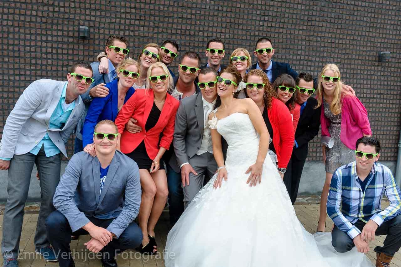 Groepsfoto met alle vrienden. Bruidsfotograaf Roermond trouwreportage John en Desiree