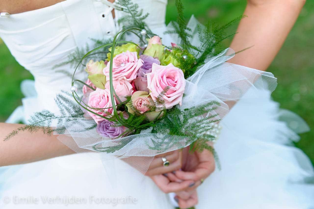 Boeket in close-up op de rug van de bruid. Bruidsfotograaf Landgraaf Winselerhof - huwelijk Nina en Guido