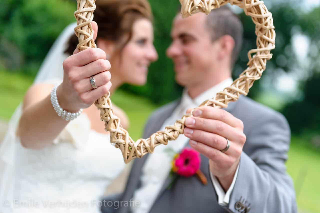 Een close-up opname van een LOVE-heart! Bruidsfotograaf Roermond trouwreportage John en Desiree
