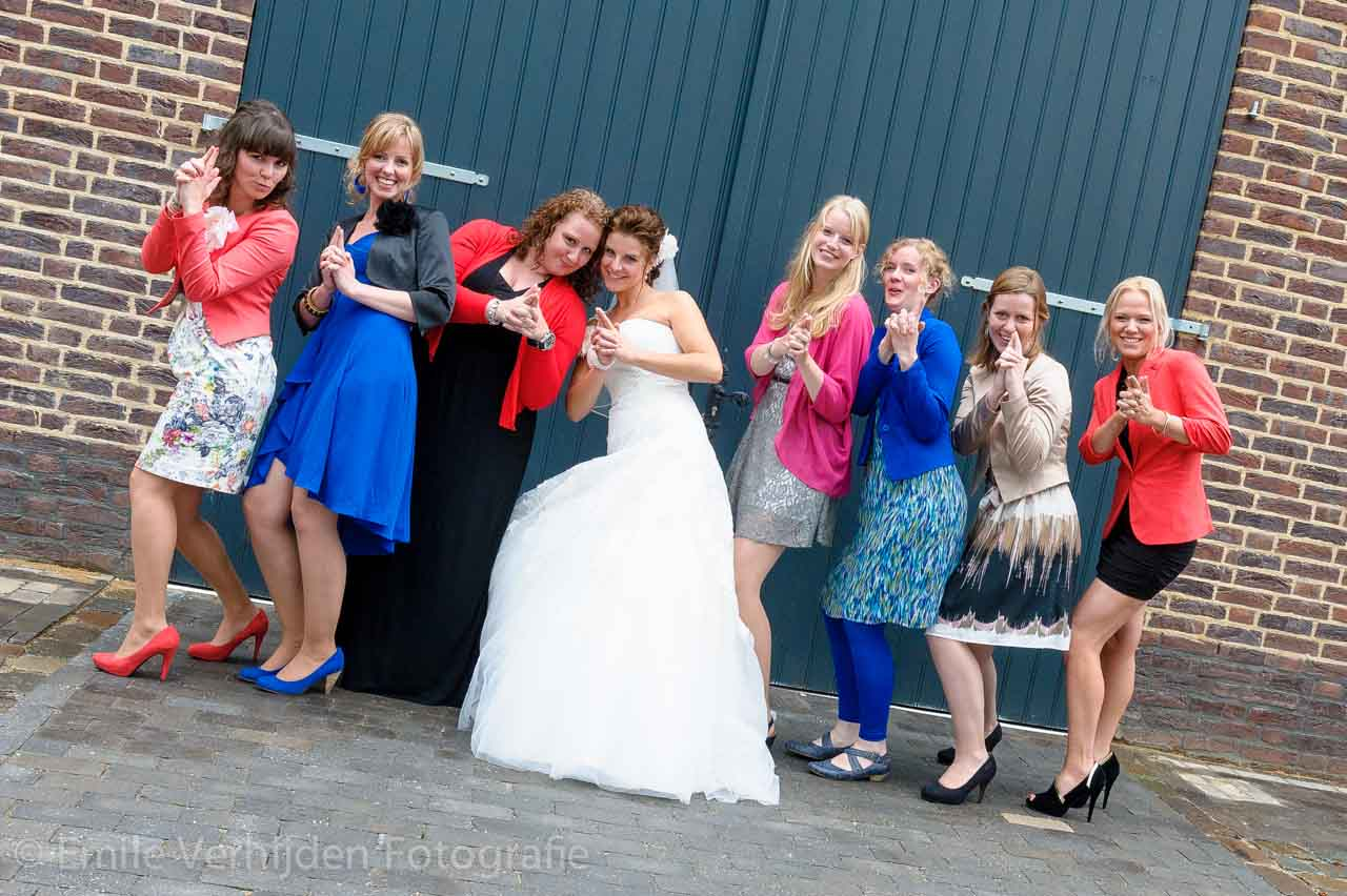 Groepsfoto met meiden. Bruidsfotograaf Roermond trouwreportage John en Desiree