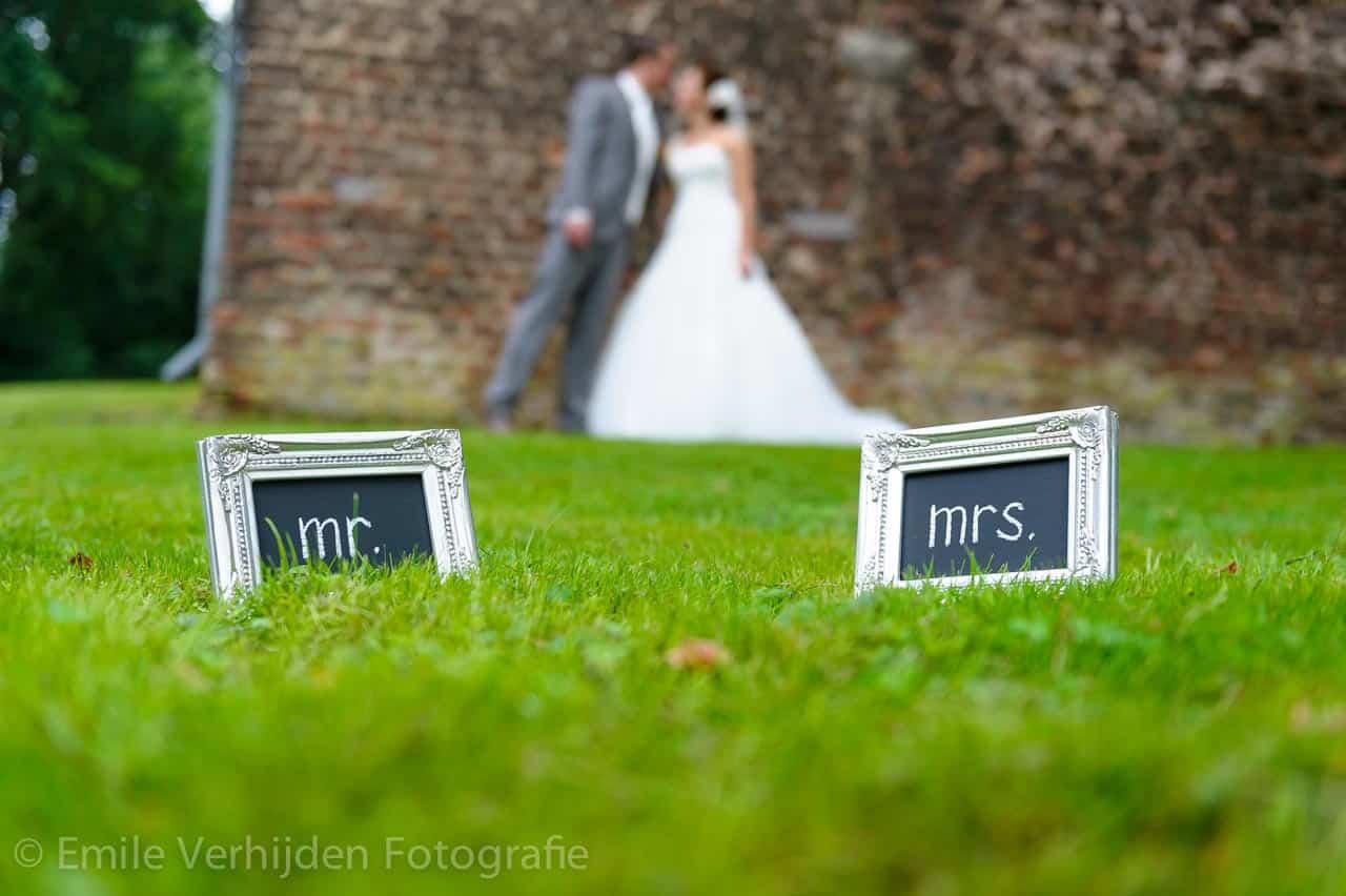 Vanaf nu is het bruidspaar Mister en Miss. Bruidsfotograaf Roermond trouwreportage John en Desiree
