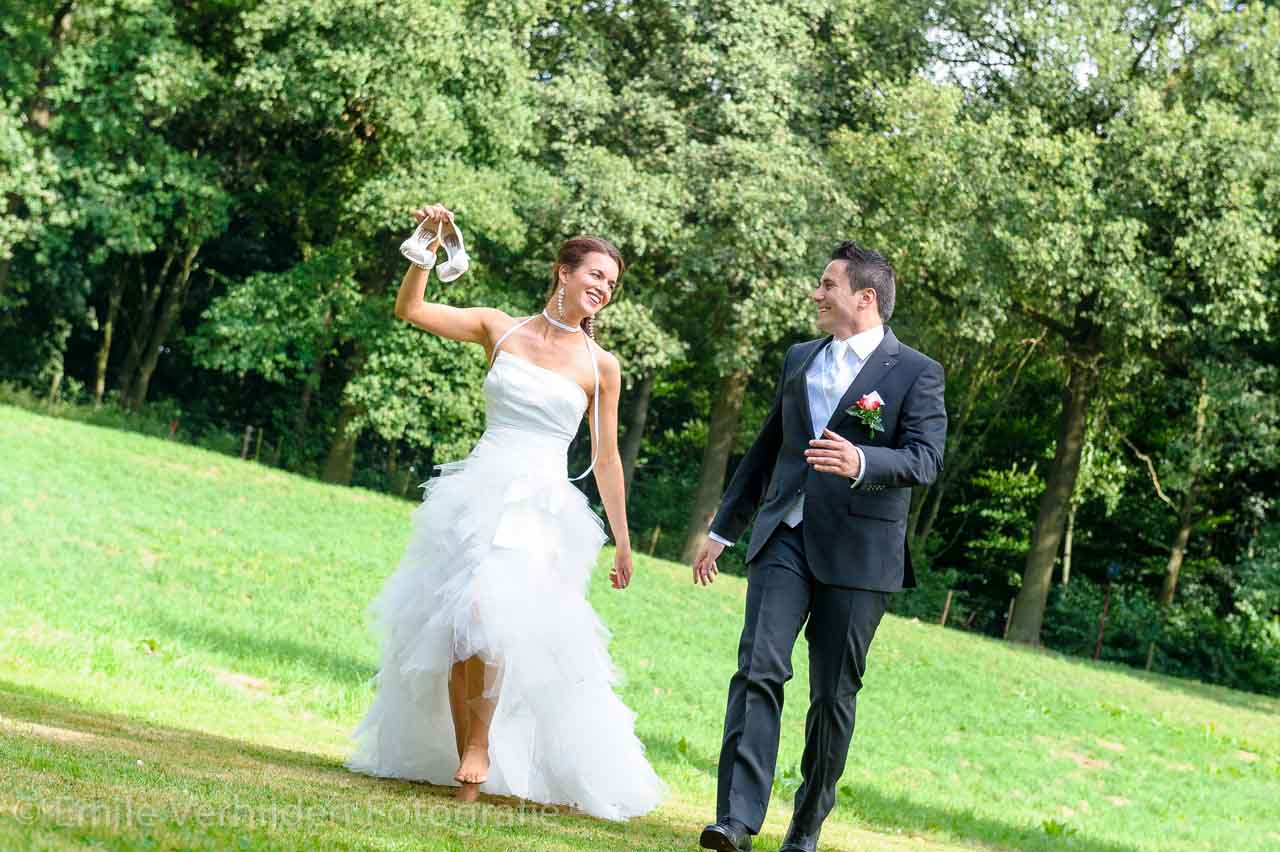 Samen rennen door de wei van de Winselerhof.  Bruidsfotograaf Landgraaf Winselerhof - huwelijk Nina en Guido