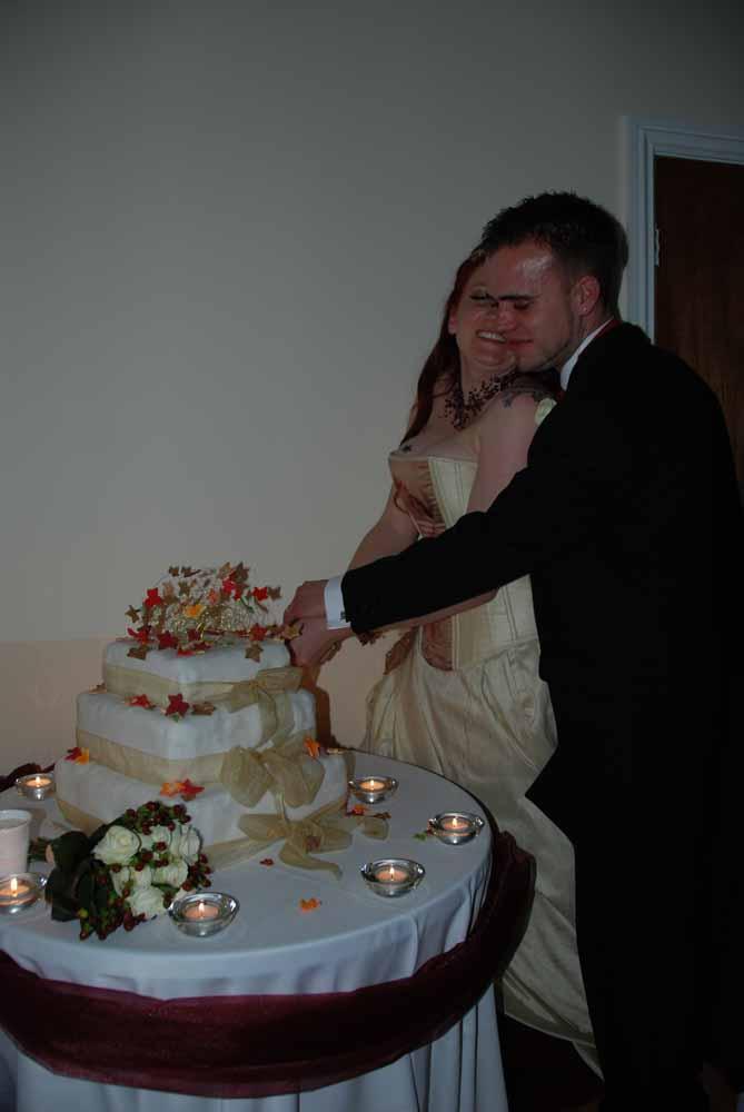 Bruidstaart aansnijden. Onderbelicht. Slechte amateur bruidsfotograaf  voorbeelden