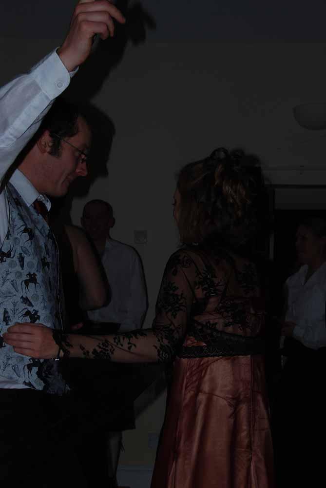 Dansen op de dansvloer. Slechte amateur bruidsfotograaf  voorbeelden