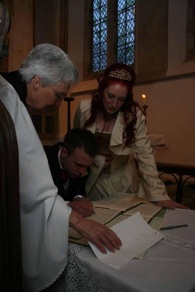 In kerk de akte tekenen. Slechte amateur bruidsfotograaf  voorbeelden