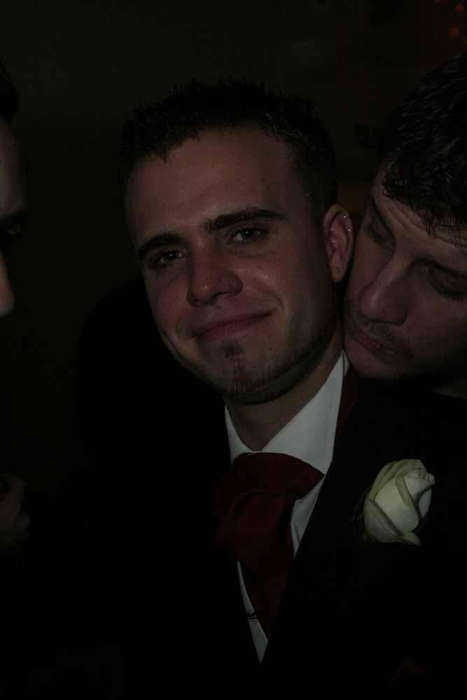 Bruidegom zwaar onderbelicht.