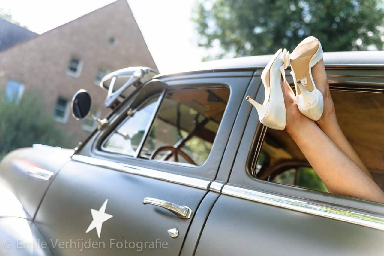 American Style... voeten uit het raam. Bruidsfotograaf Landgraaf Winselerhof - huwelijk Nina en Guido