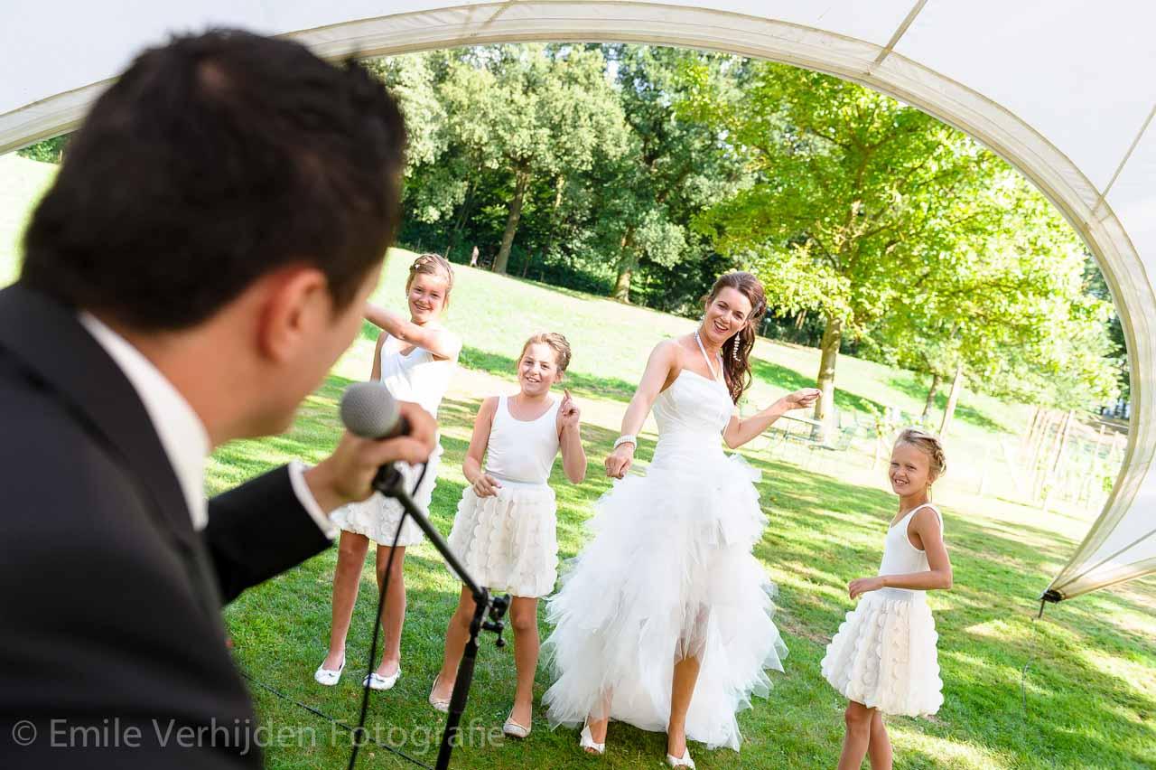 Zingen voor de dansende dames.  Bruidsfotograaf Landgraaf Winselerhof - huwelijk Nina en Guido