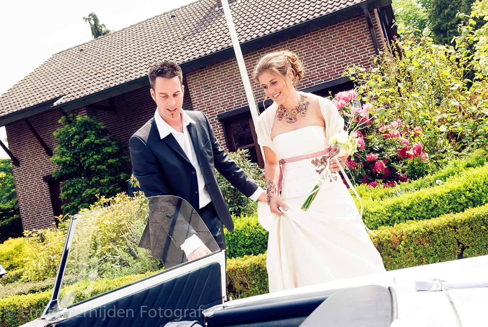 Bruidsfotograaf Limburg - bruid stapt in de auto