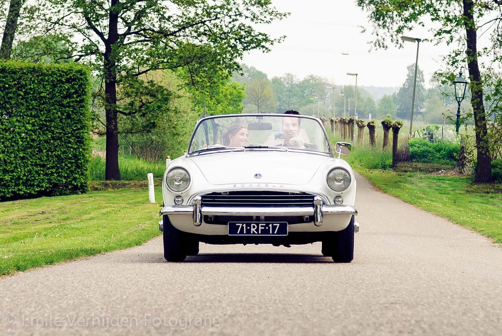 Bruidsfotograaf Limburg - De auto komt aan op de oprijlaan van het kasteel