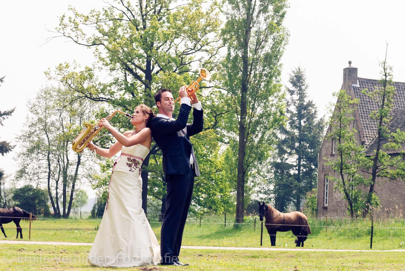 Bruidsfotograaf Limburg - Met muziekinstrumenten in de wei