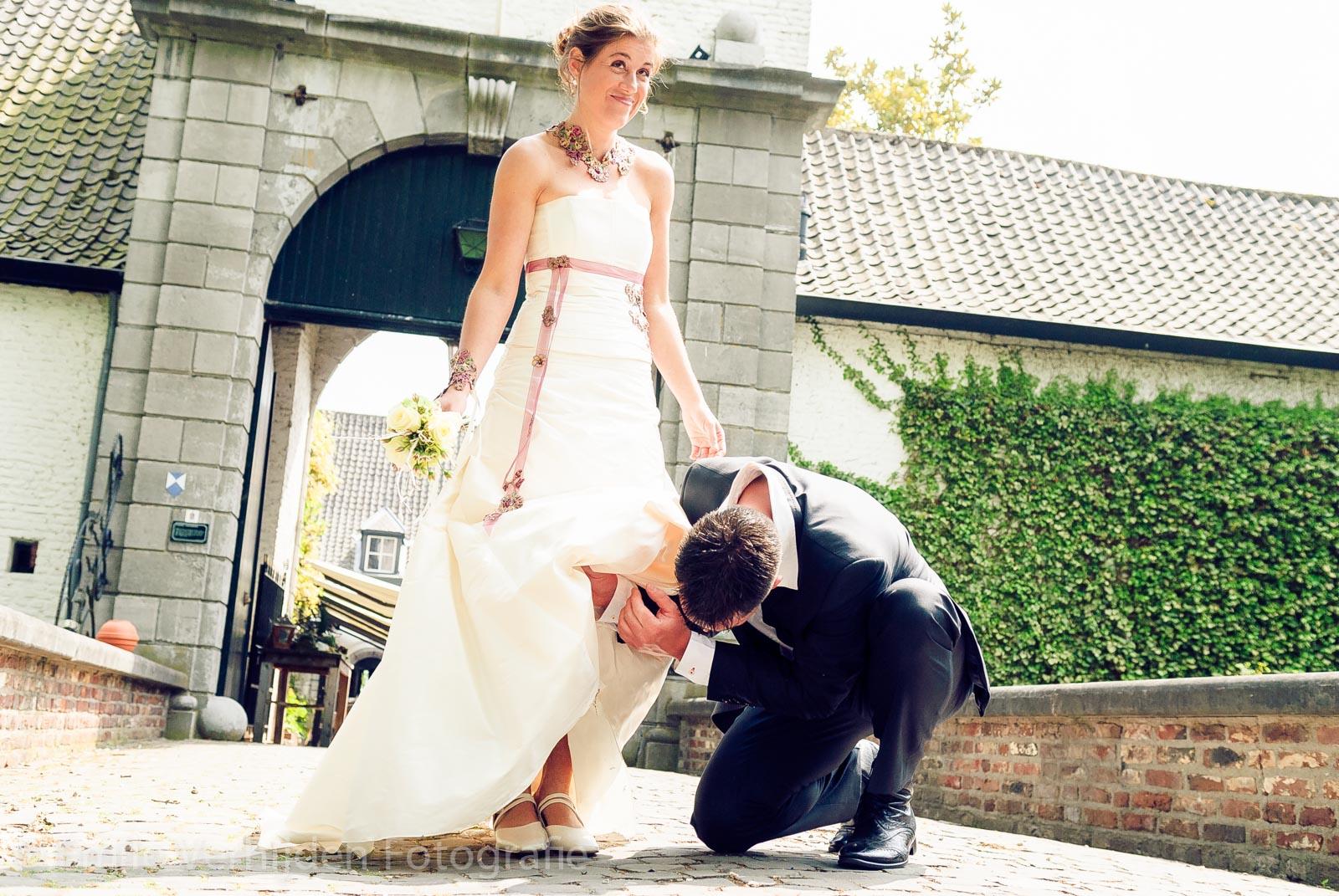 Bruidegom kijkt onder rok van bruid Kasteel Daelenbroeck-Herkenbosch