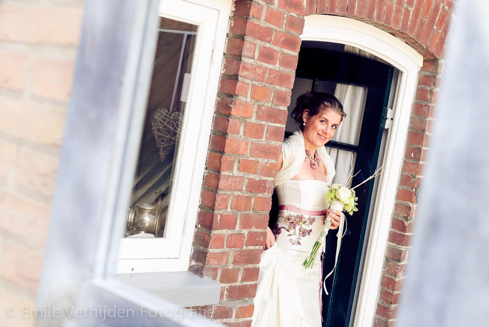 Bruid kijkt via spiegel naar bruidsfotograaf Kasteel Daelenbroeck-Herkenbosch