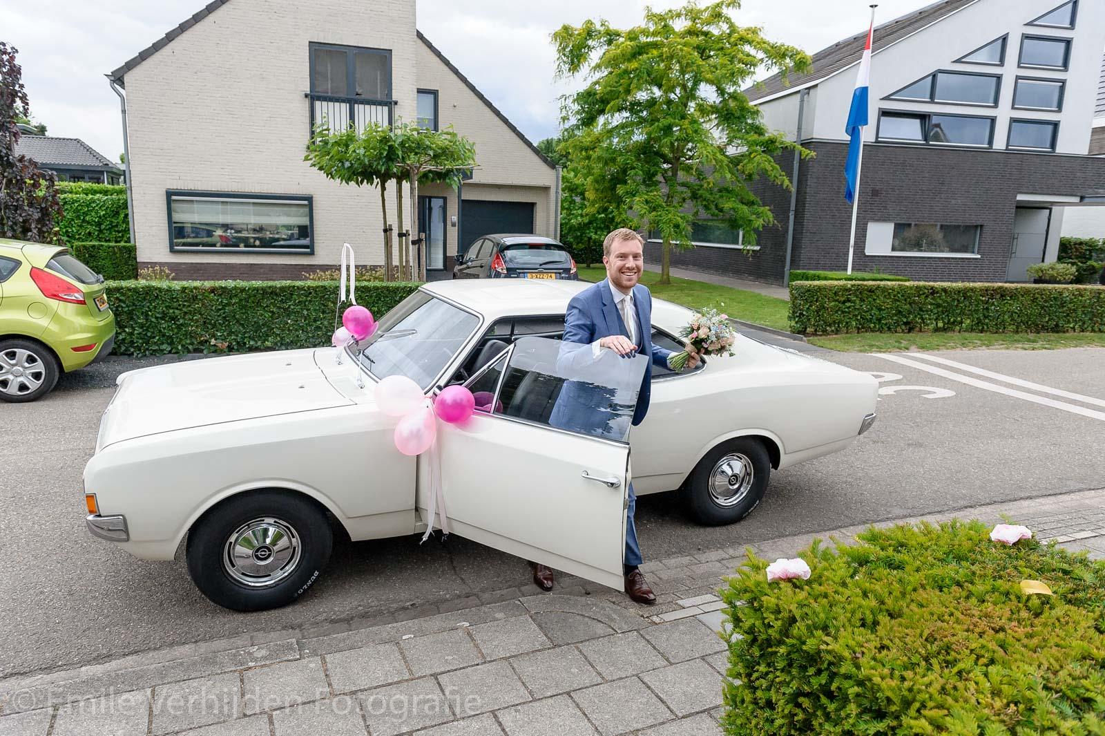 Bruidegom komt bruid ophalen met oldtimer auto
