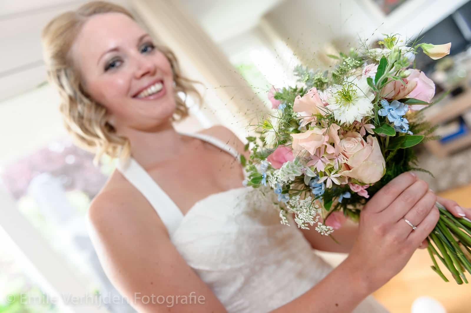 Bruid met trouwboeket trouwfotograaf Kasteel Elsloo