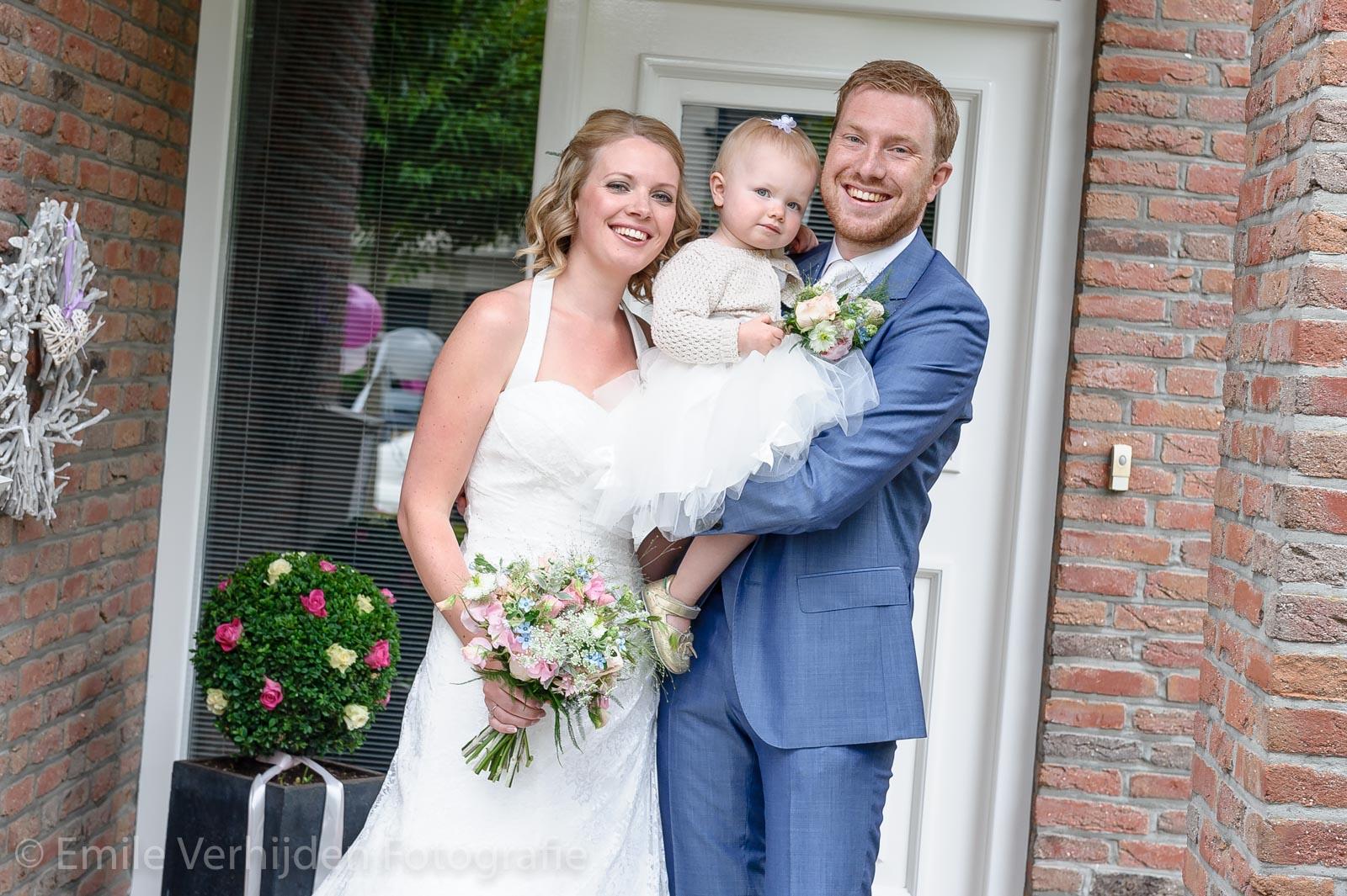 samen poseren bij de voordeur trouwfotograaf Kasteel Elsloo