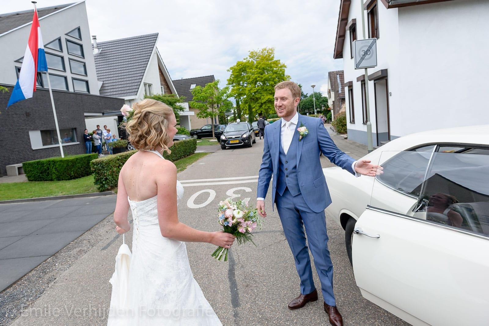 Vertrek met de Opel oldtimer trouwauto naar het kasteel trouwfotograaf Kasteel Elsloo