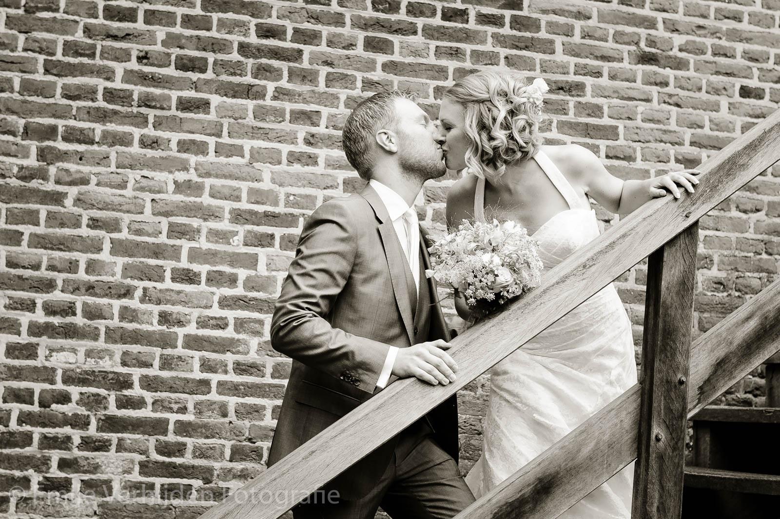 Een kus op de trap bij Kasteel Elsloo trouwfotograaf Kasteel Elsloo