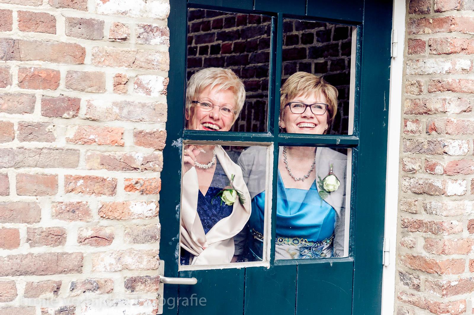 De beide moeders kijken toe naar de fotoshoot