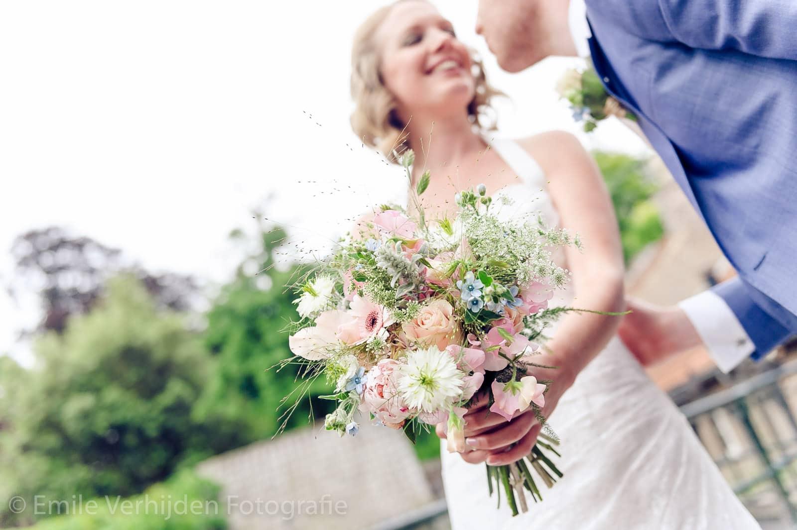 Bruid krijgt een kus van de bruidegom