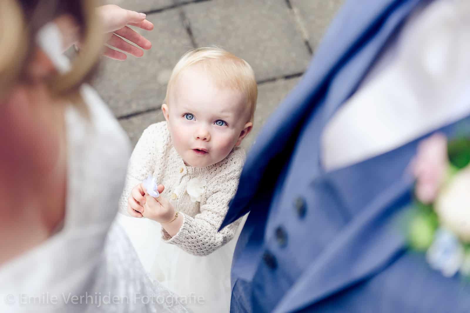 dochter kijkt naar papa en mama trouwfotograaf Kasteel Elsloo