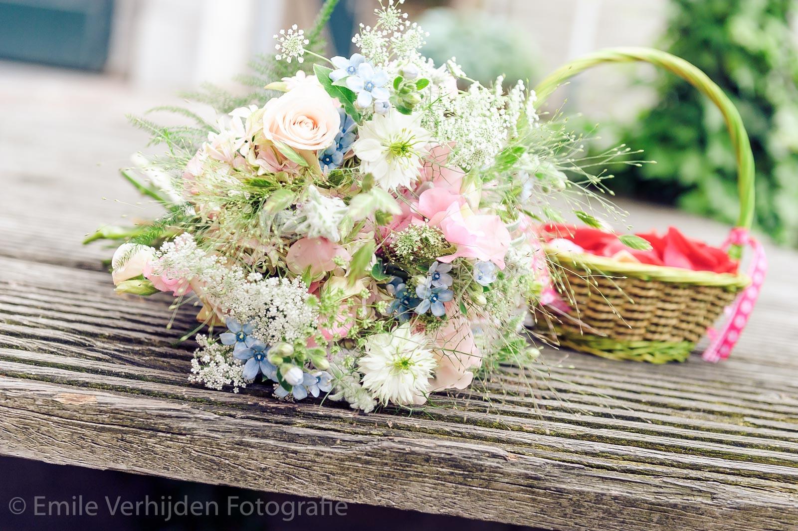 Bruidsboeket ligt op de trap trouwfotograaf Kasteel Elsloo
