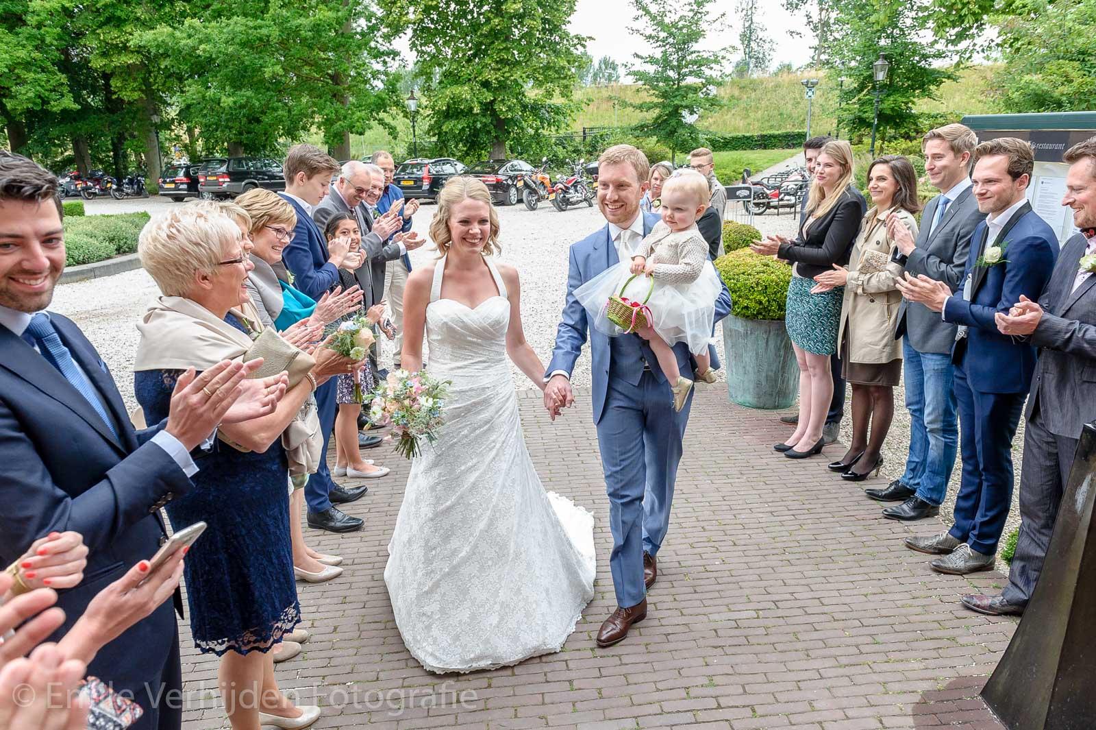 Bruidspaar loopt naar binnen voor het wettelijk huwelijk