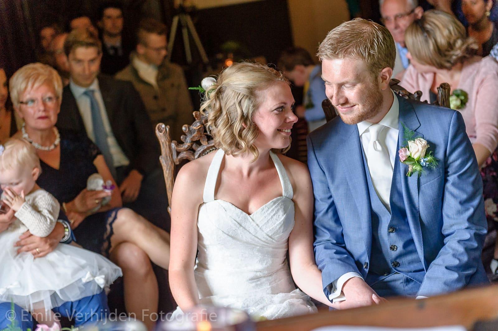 Bruidspaar kijkend naar elkaar in de Ridderzaal bruidsfotograaf Kasteel Elsloo