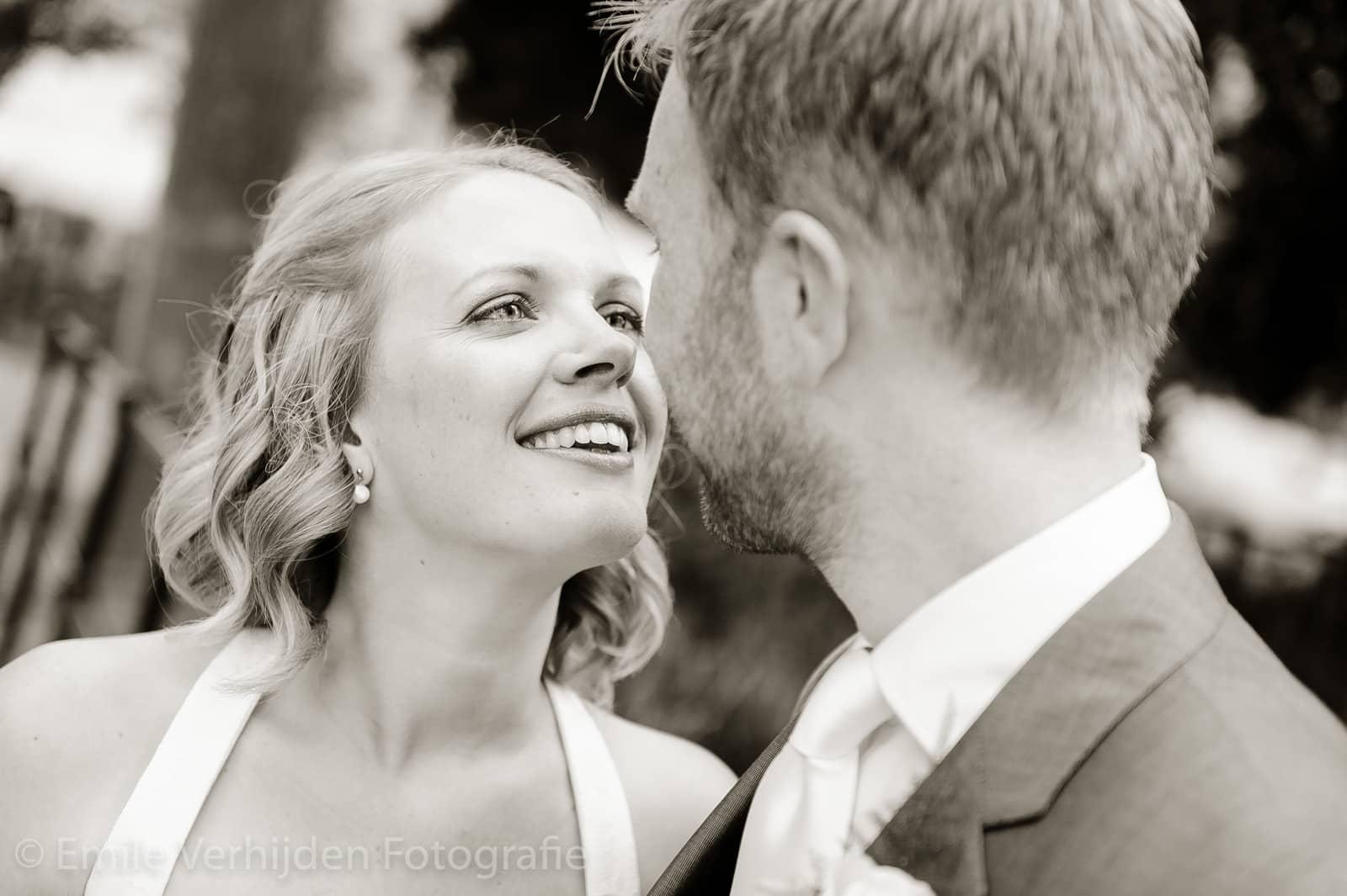 Bruid kijkt verliefd naar bruidegom