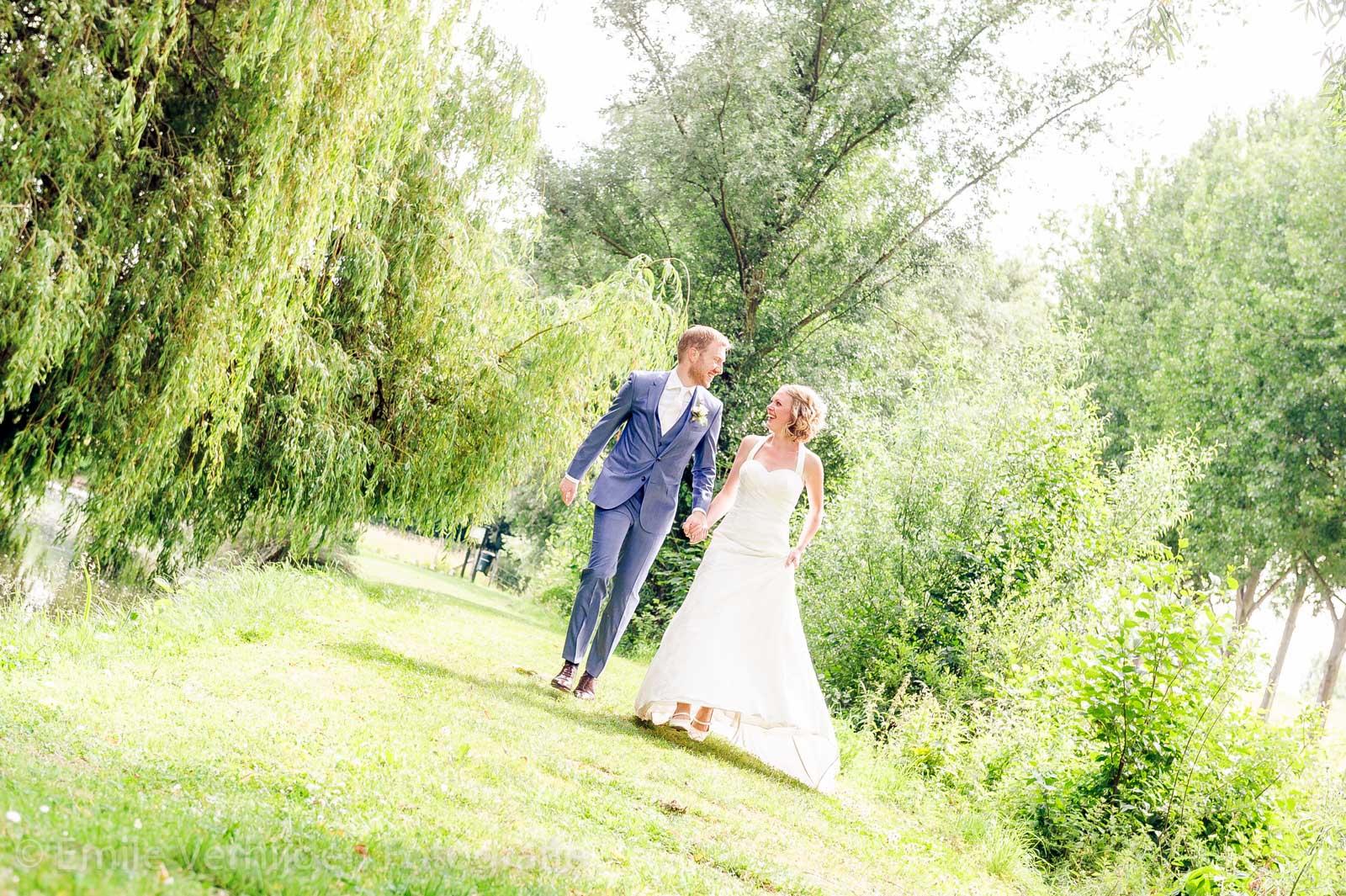 Bruidspaar rent langs het water