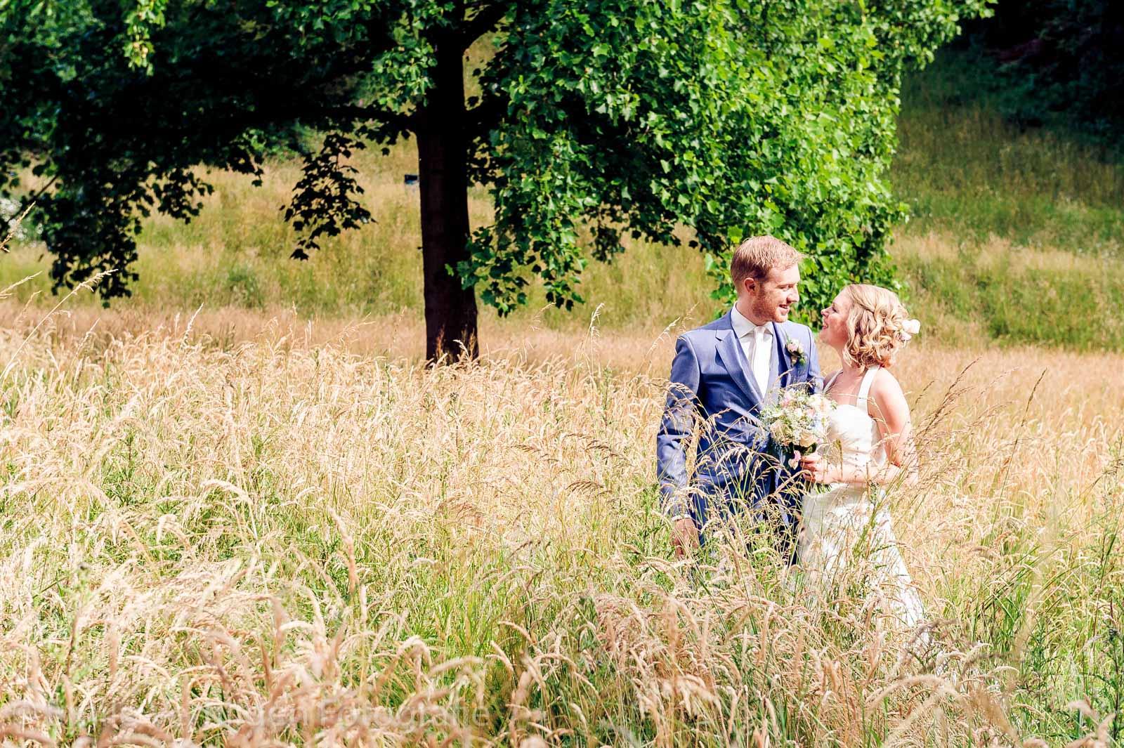 Samen in het veld staan bij de vijver van Kasteel Elsloo