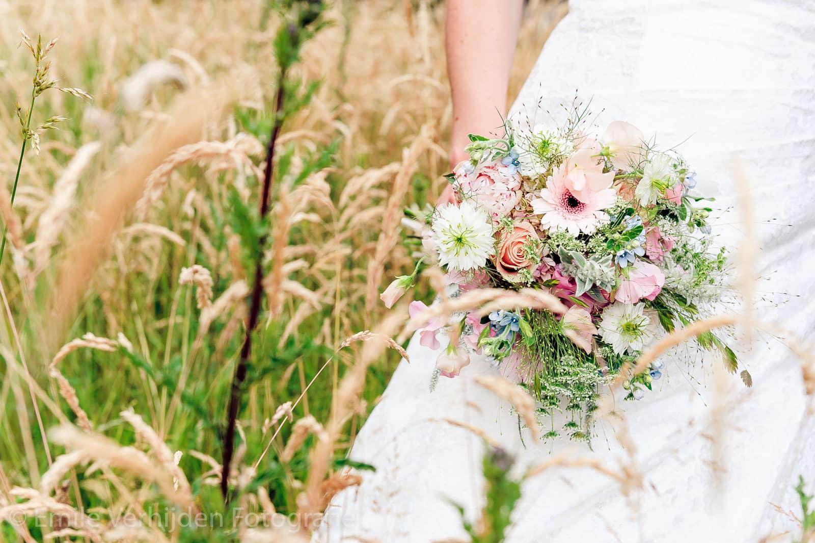 Bruidsboeket tussen het gras