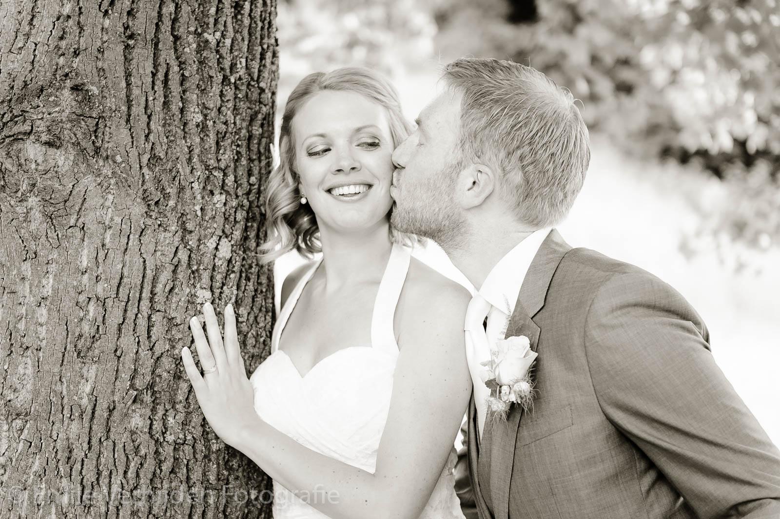 Hmmmm een lekkere kus onder de boom van Kasteel Elsloo bij de vijver
