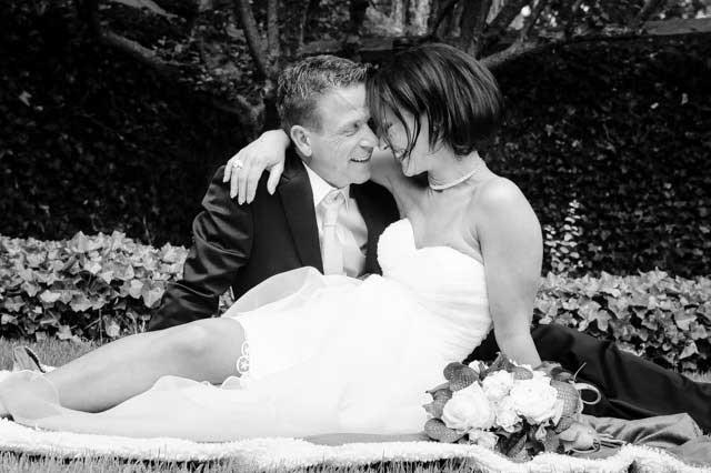 Zwart wit foto bruidspaar bij Kasteel Buggenum te Grathem, door Bruidsfotograaf Limburg