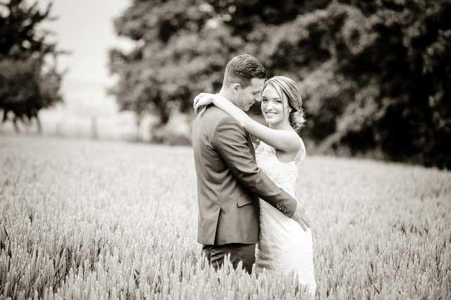 Bruidspaar in het Limburgse korenveld door bruidsfotograaf Limburg Emile Verhijden