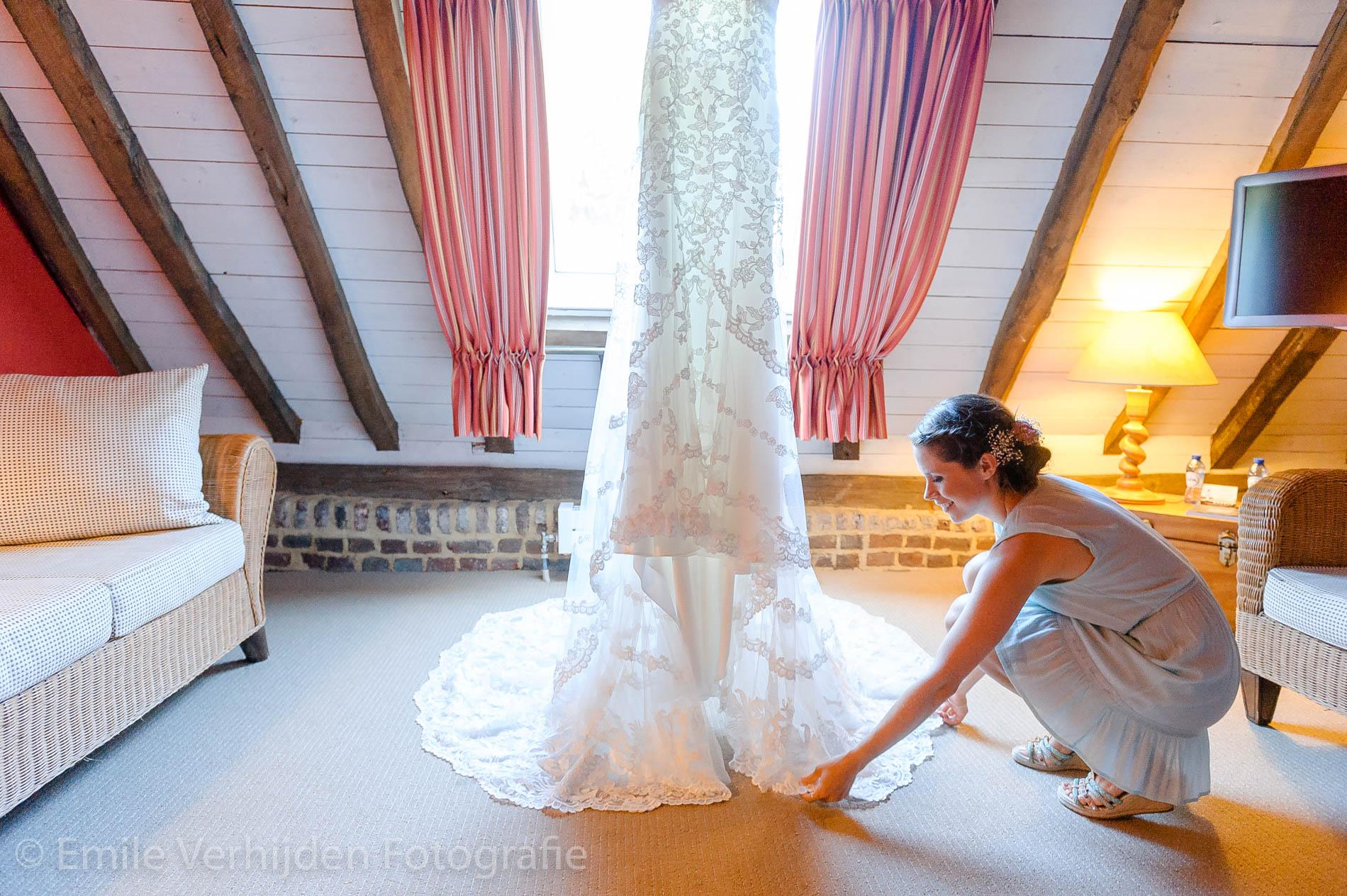 De jurk wordt nog even gecontroleerd in de bruidskamer bij Winselerhof te Landgraaf
