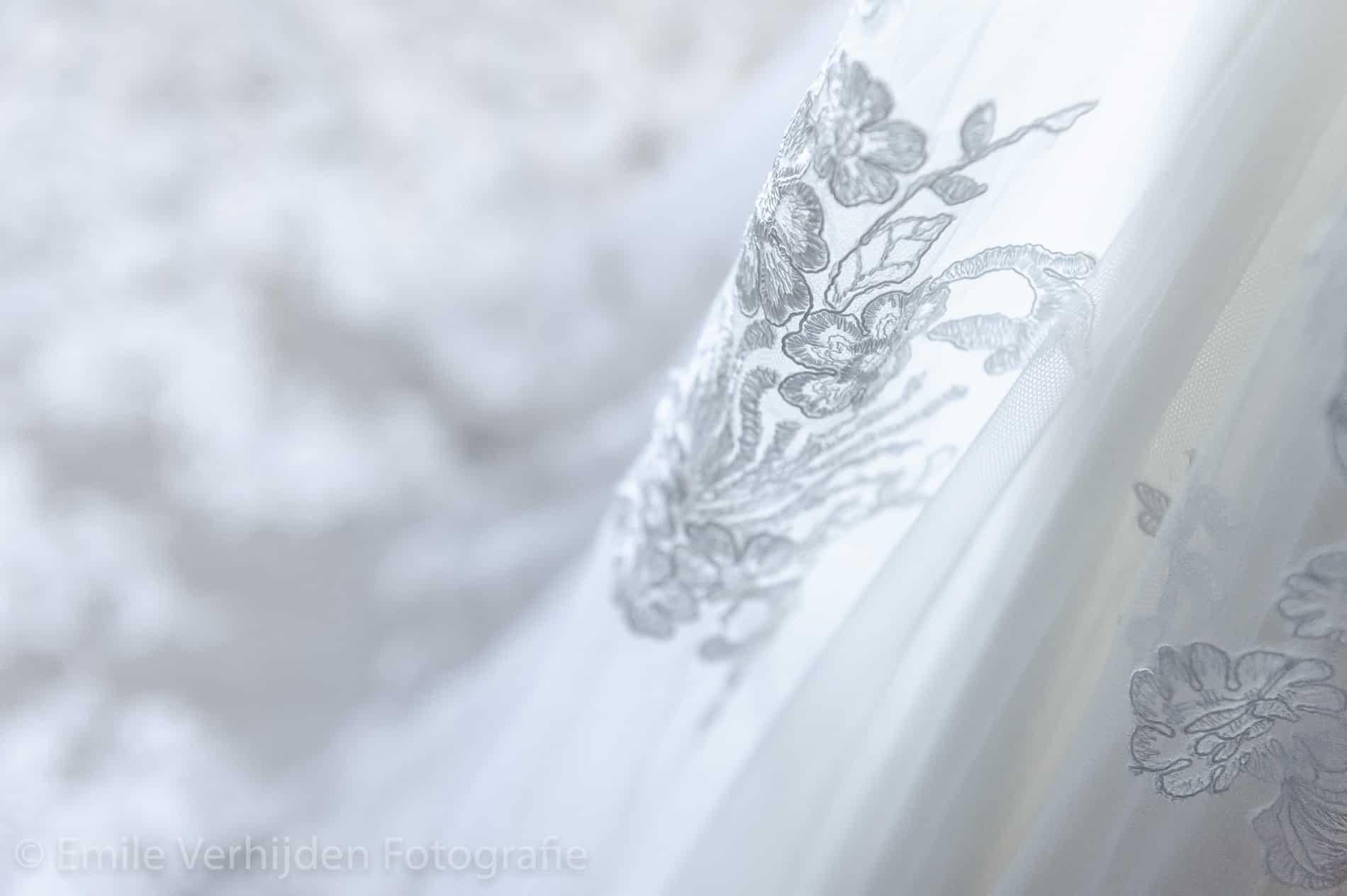 Close up van de jurk- Bruidsfotografie Winselerhof Landgraaf - Kerkrade
