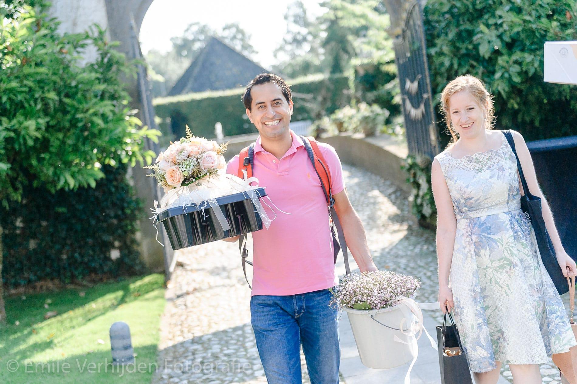 Bruidegom komt aan op Kasteel Groot-Buggenum te Grathem. Trouwfotograaf Limburg Emile Verhijden