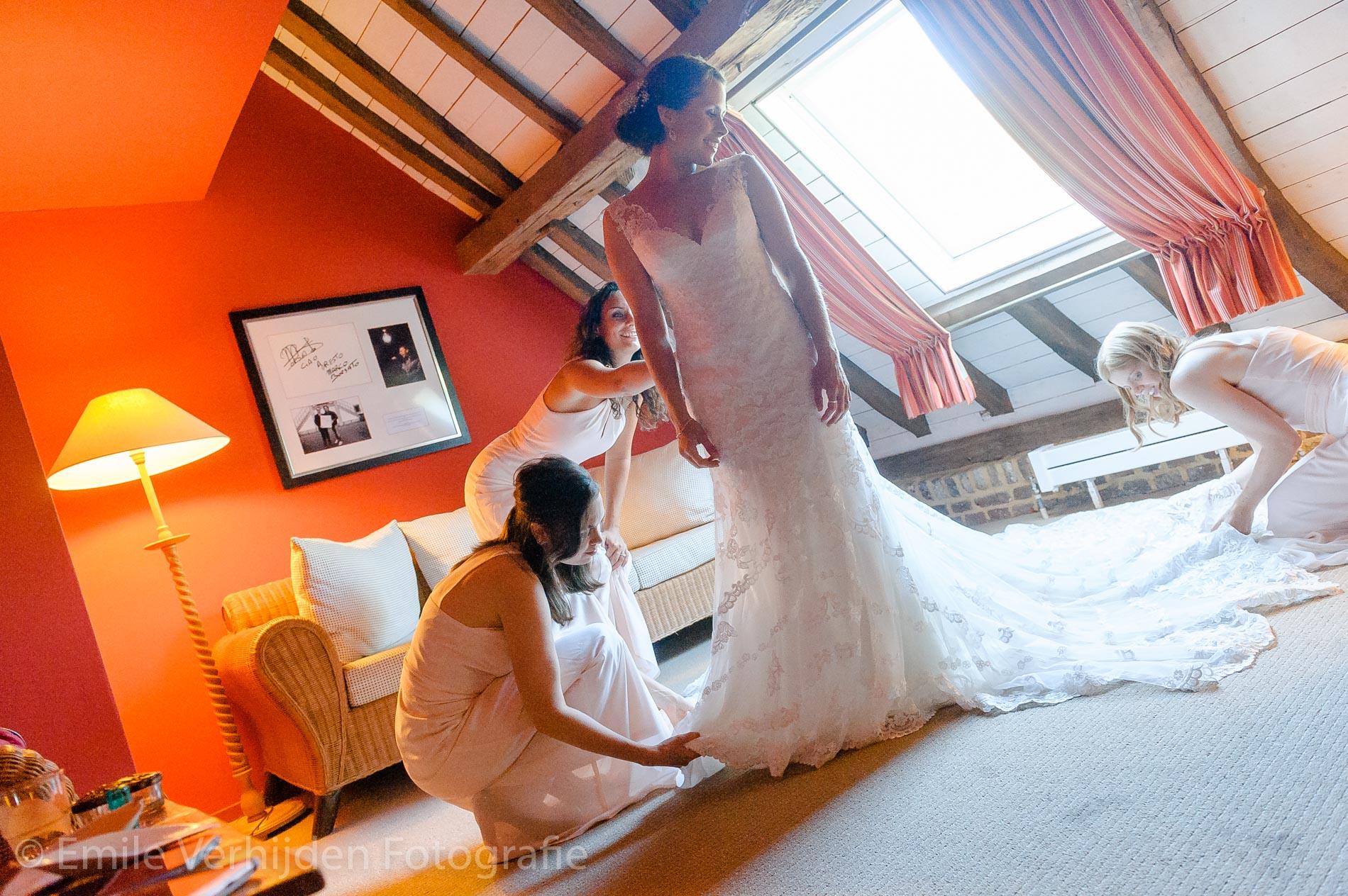 het bruidskleed wordt goed gelegd- Bruidsfotografie Winselerhof Landgraaf - Kerkrade