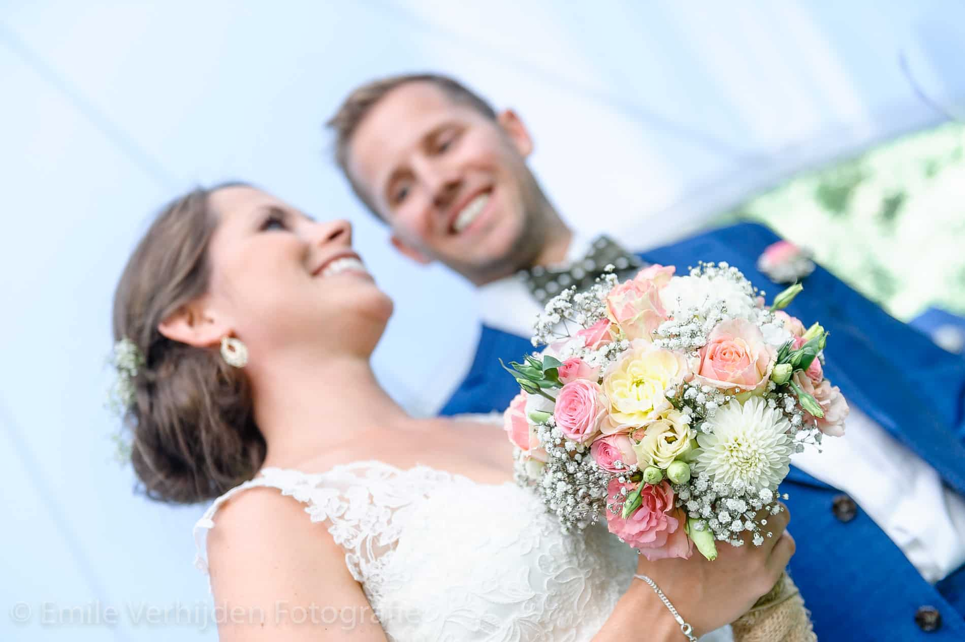 Bruidsboeket in beeld tijdens de ceremonie- Bruidsfotografie Winselerhof Landgraaf - Kerkrade