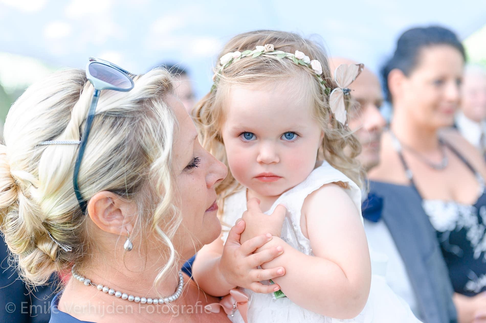Dochter ook op de foto tijdens de ceremonie - Bruidsfotografie Winselerhof Landgraaf - Kerkrade