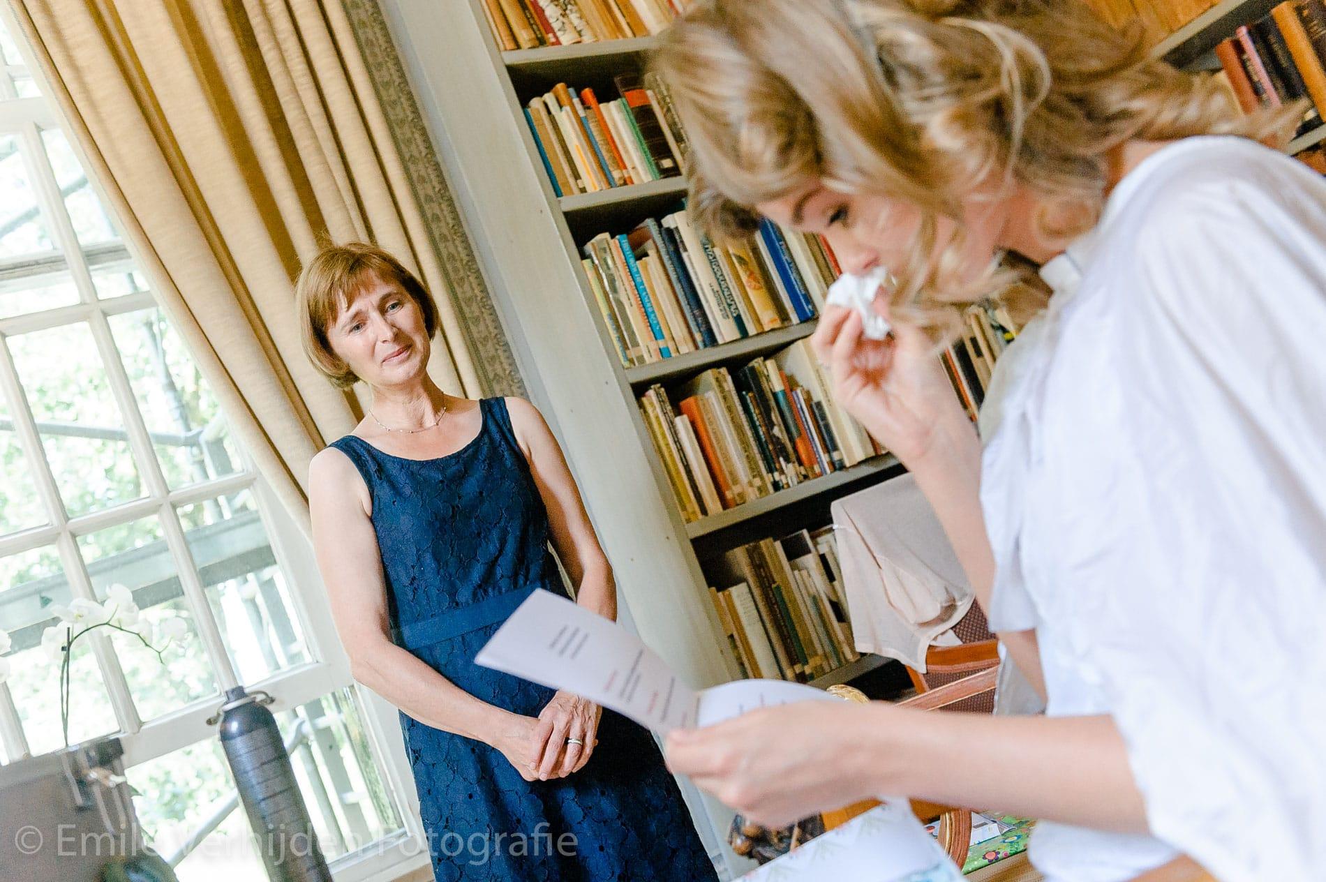 Moeder en dochter huilen van blijdschap. Bruidsfotograaf Grathem Limburg Emile Verhijden