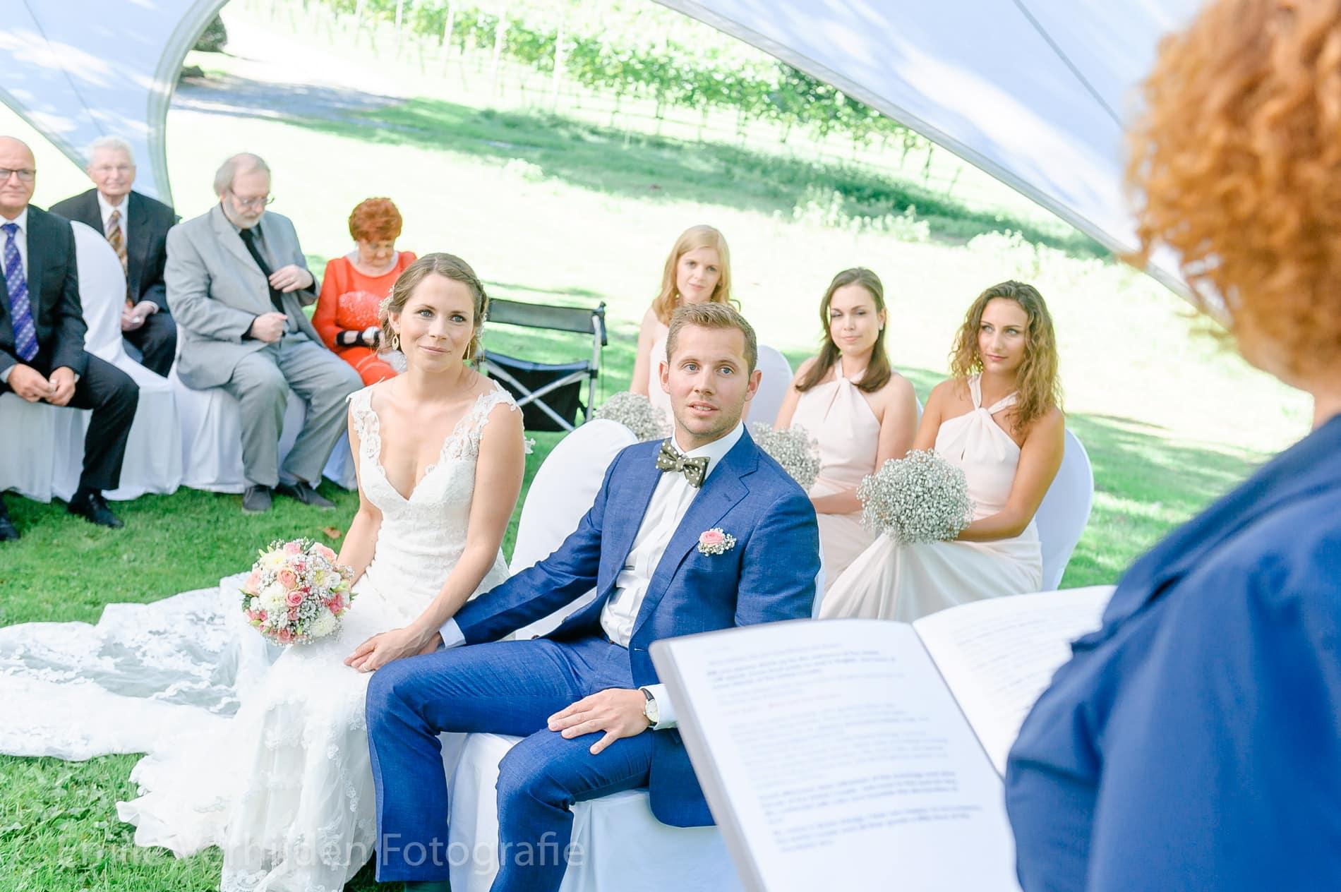 het wettelijk huwelijk buiten in de tuin onder de tent