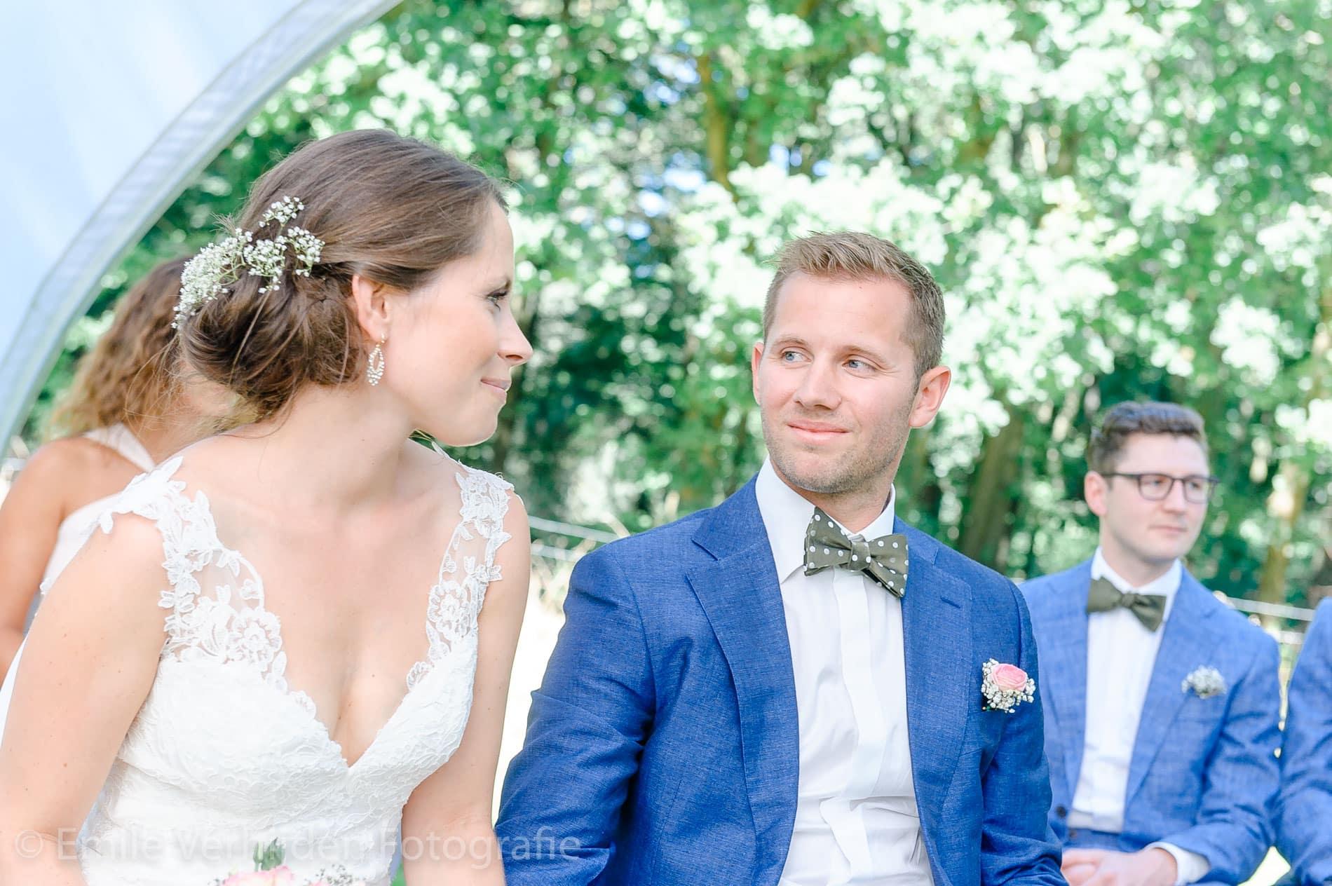Bijna getrouwd, bruidegom kijkt naar de bruid in de tuin van de Winselerhof