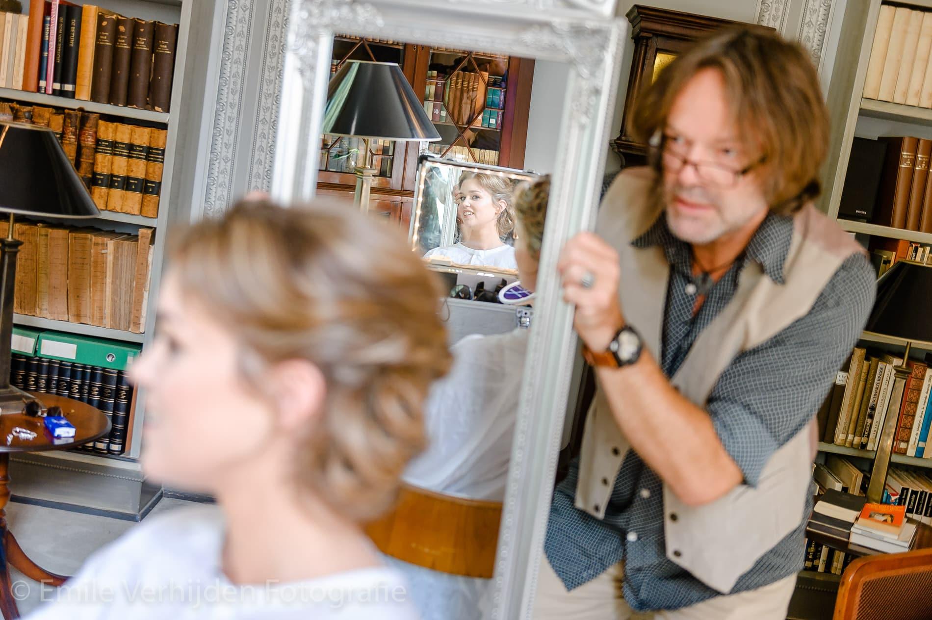 Laatste controle door de kapper. Bruidsfotograaf Limburg Emile Verhijden