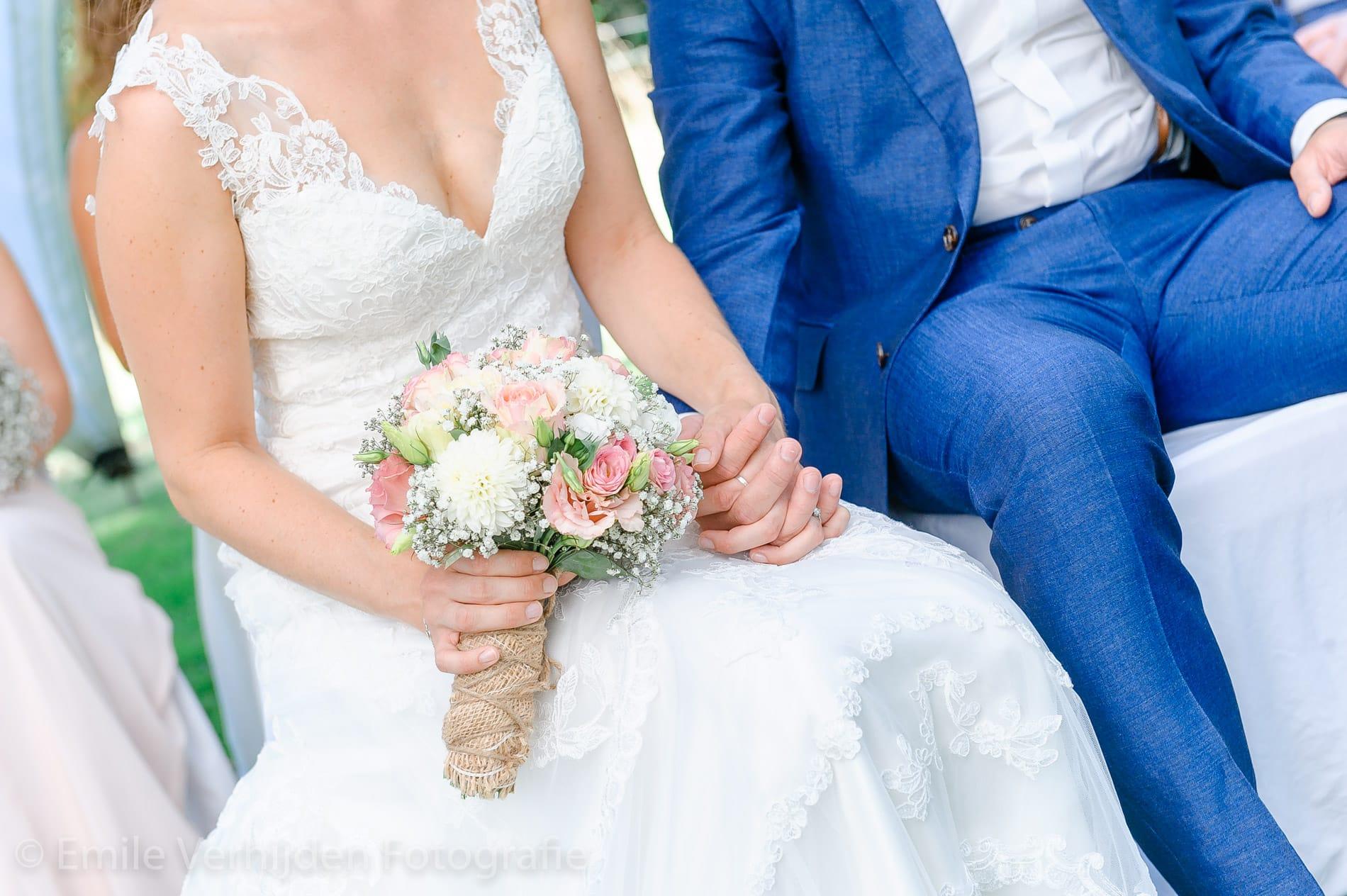Samen de handen in elkaar - Bruidsfotografie Winselerhof Landgraaf - Kerkrade