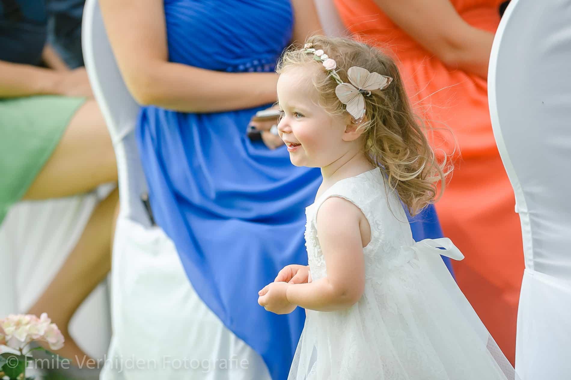 het vrolijke dochtertje tijdens de ceremonie- Bruidsfotografie Winselerhof Landgraaf - Kerkrade