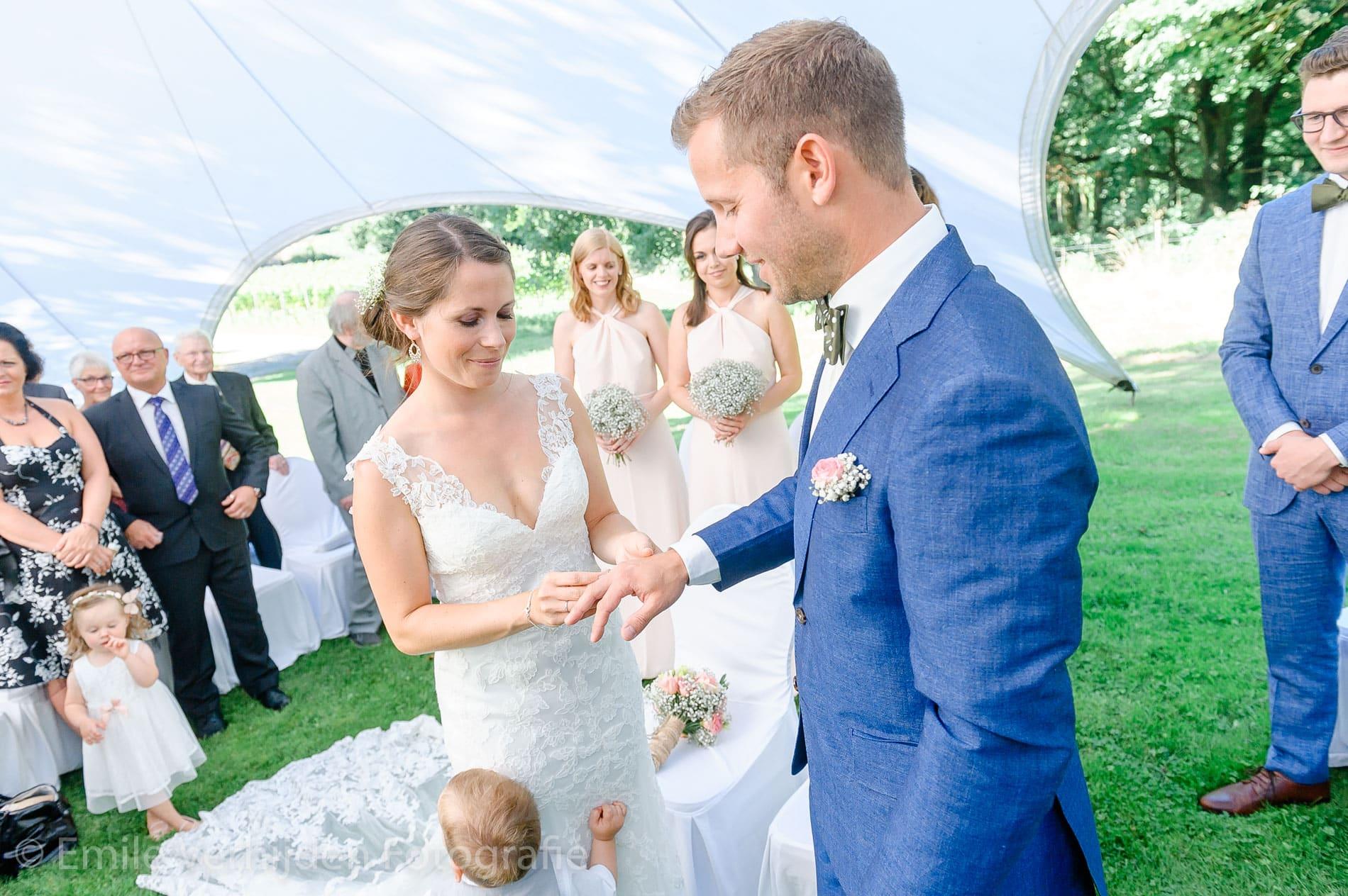 De ring wordt aangeschoven- Bruidsfotografie Winselerhof Landgraaf - Kerkrade
